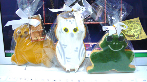 Decorative sugar cookies of Crookshanks, Hedwig, and Trevor.