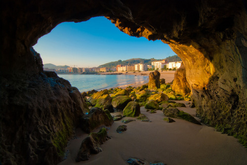hikenow:  theviewlooksgood:  La cueva de Roberto el Pirata (by Jesus Bravo)  What a beautiful place I want to be right now !