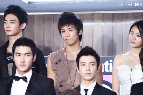 (via jongkeytomyheart) Haha, I love how Jonghyun's looking somewhere else. And how Siwon and Donghae look so serious.