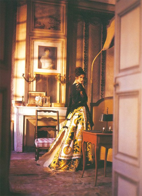 """Arles Be Your Sweetheart"" Harper's & Queen (Harper's Bazaar UK?), 1992 photographer: François Halard Shalom Harlow This isn't here for the dress, so much— there's just something special about the lighting in that room… something compelling and comforting in the sunset pouring through the windows and painting the walls… Shalom Harlow (August 2004 - March 2010) - Page 66 - the Fashion Spot"