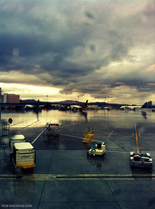 gkojax:  aurorae:  Rainy Reno Airport. 8.29.10. (iPhone 4 photo) (by Rob Sheridan)(via chocoaurorae)