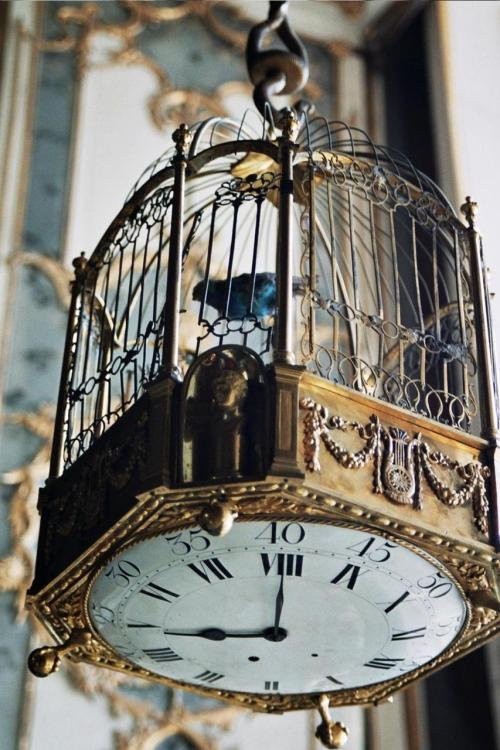 petitpoulailler:  steros: theeverydaygoth: cupcakesandbats: It has a clock on the bottom!! via drastic-fantastic