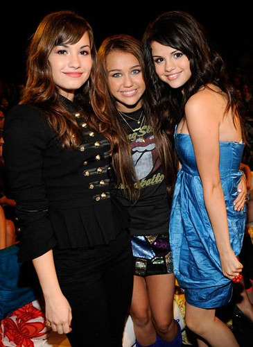 DEMI LOVATO MILEY CYRUS AND SELENA GOMEZ I LOVE THESE THREE SO MUCH I LOVE THEY SHOWS DEY MY FAV ON DISNEY CHANNEL THEY THE BEST JUSS KNOO