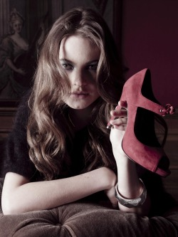 hammil77:  Behati Prinsloo has a shoe. Your argument is invalid.