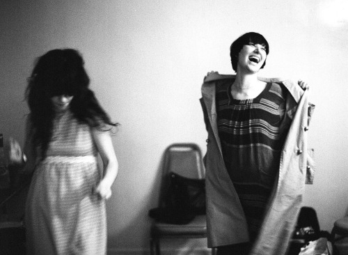 autumndewilde:  KAREN O & ZOOEY DESCHANEL, DANCING BACKSTAGE at the palladium after a yeah yeah yeah's show los angeles, california