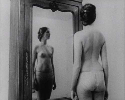Chantal Akerman, Mirror Still, 1971-2007, Mirror, 16 mm transfered to DVD Courtesy Marian Goodman Gallery, Paris. Exhibited at Ellipsis: Chantal Akerman, Lili Dujourie, Francesca Woodman, Museo Tamayo Arte Contemporáneo, Mexico, 2008 Found via b&w photography in Antibes