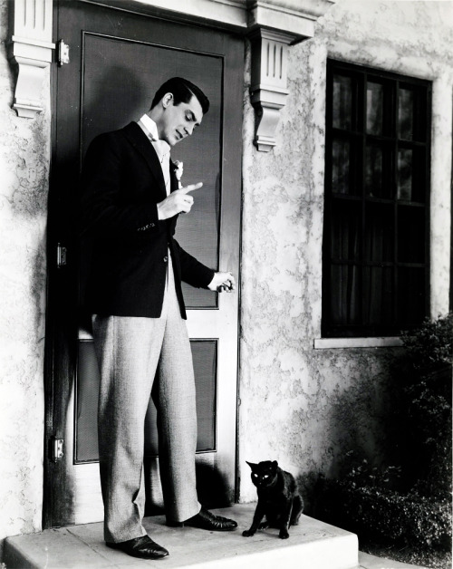 "rising:  jimmypage:  andmymouthisanhourglassofblood:  Cary Grant chastises a black cat in front of his home in the 1930's. Venerdì 17: il venerdì 17 è una ricorrenza considerata particolarmente sfortunata, in quanto unione di due elementi ognuno dei quali estremamente negativo: il Venerdì Santo (dato della presunta morte di Gesù) e il numero 17. Una simile situazione si ritrova nei paesi anglosassoni nei confronti del numero 13. Già nella Grecia antica il numero 17 era aborrito dai seguaci di Pitagora in quanto era tra il 16 e il 18, perfetti nella loro rappresentazione di quadrilateri 4×4 e 3×6Nell'Antico Testamento è scritto che il diluvio universale cominciò il 17 del secondo mese (Genesi, 7-11). Sempre secondo la Bibbia, di venerdì sarebbe morto Gesù. Viceversa, secondo la Cabbala ebraica, il 17 è un numero propizio, in quanto ché è il risultato della somma del valore numerico delle lettere ebraiche têt (9) + waw (6) + bêth (2), che lette nell'ordine danno la parola tôv ""buono, bene"".Il Venerdì 17 è una superstizione tipicamente italiana, non riscontrabile altrove: nel mondo si ritrovano infatti altre date ed altri numeri ""negativi"". Si è già detto di ""venerdì 13"" nei paesi anglosassoni, mentre in Spagna (paese anch'esso dalle radici latine e cattoliche), Grecia e in Sudamerica il giorno sfortunato è invece ""martedì 13"".  Translation: Friday 17 is  considered a very unfortunate occurrence, as a union of two elements,  each of them extremely negative on Friday (because of the alleged death  of Jesus) and the number 17. A similar situation  is found in Anglo-Saxon countries against the number 13. Already in  ancient Greece the number 17 was hated by the followers of Pythagoras as  it was between 16 and 18, imperfect in their representation of  quadrilaterals 4 × 4 and 3 × 6In the Old  Testament it is written that the great flood began on 17 of the second  month (Genesis 7-11). Also according to  the Bible, Jesus died on Friday Conversely, according to the Jewish  Kabbalah, the number 17 is auspicious, because that is the result of the  sum of the numerical value of Hebrew letters tet (9) waw (6) Beth (2 ), read in the  order that gives the word tov, ""good, good.""Friday the 17th  is a typically Italian superstition, not found elsewhere in the world though, indeed, other dates and other numbers are ""negative"". We have already said ""Friday the 13th"" in Anglo-Saxon  countries, while in Spain (also from Latin roots and Catholic), Greece  and South America the day Tuesday  13th is rather unfortunate.  #17 the spread eagle"