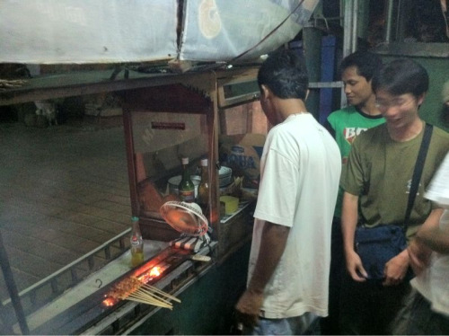 After much looking we finally found a sate cart in the back streets of kuta. Real street food has become hard to find as the large restaurants have bribed the government to ban them from the streets of kuta.