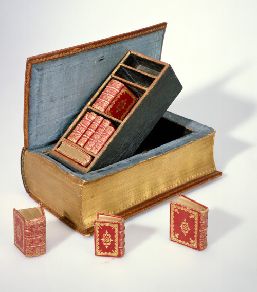 Bookbinding by Suenonius Mandelgreen. Middelburg, 1757. - 1793  Brown-carmine morocco, gold-tooled. The covers are filled with decorations of interlacing ribbons with foliage and flowers in the resulting compartments, made by many small tools. On both covers is a circumscription: 'A grateful reminder of the honour bestowed on the 5th of the autumn month 1757. On the occasion of the joyful dinner, on the happy birth of Willem Zelandus van Borssele, whom the Lord will appoint to the noble seat of his father, for the benefit of country and church, is the respectful wish of A.L. Callenfels, S. Mandelgreen and L. Taillefert. D.Z'. Signed at the bottom of the front cover 'S. Mandelgreen fecit'.