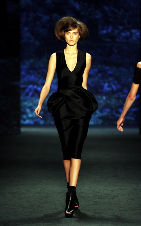 Loving Vera Wang's Spring 2011 collection, especially the sexy neo-pannier peplum action.  It takes a lot of effort to make a clean drape look, well, effortless. (Image via Jezebel)