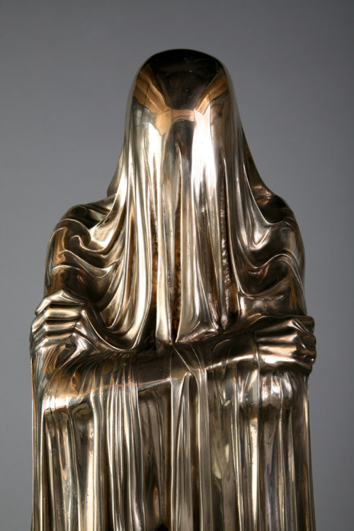 suicideblonde:  Face-off (detail) 2007 by Kevin Francis GrayBronze, Automotive Paint, Wood Plinth  this is genuinely fucking terrifying, like a dementor in gold