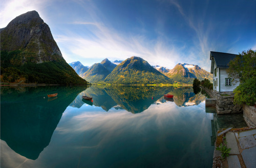 Could you imagine living in this exact spot? Amazing.  It's in Norway