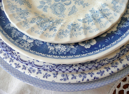 charmingages:  musicchick48:  dreamsmaylinger:  Blue and white dishes (by seaside rose garden)