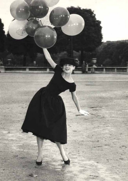 David Seymour, Audrey Hepburn with balloons in Davis Park, 1956 Fans in a Flashbulb - ICP Goes to the Movies
