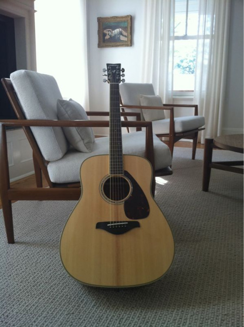 john:  I picked up a new guitar, actually it's the first new one I've ever owned ;/