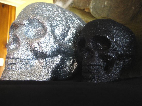 I want these! glittery skulls! (by icepinkstars)