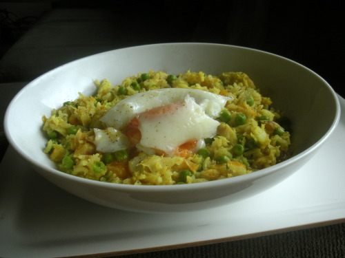The Breakfast Club: Kedgeree with a poached egg on top In a pot place 1 cup brown basmati rice with 2 cups water, bring to a boil and then simmer, covered. Meanwhile, place a 250g fillet of smoked haddock in a pan and just cover with water. Bring to a boil, then simmer for 5 minutes. Remove the fish from the pan (retain the water for later), remove the skin, and flake. Slowly fry 1 large shallot (or small onion) in a little butter till softened. Add 1/4 tsp turmeric and 1/2 tbs curry powder. Stir around briefly and remove from heat. Poach 2-3 eggs(this recipe serves 2-3, so count 1 egg per person). I love these poach pods. Now add the fish, the shallot, 1/2 cup frozen peas, and the juice of 1 lemon to the rice. You can moisten the mixture with the cooking water from the fish to loosen the rice (it should be quite unctious), and finish with 1 tbs cream and a seasoning of sea salt and pepper. Serve with the poached egg on top. You may also be interested in: SCRAMBLED EGGS WITH PANCETTA > CORN FRITTERS WITH AVOCADO SALSA >