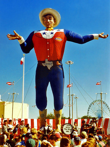 ijonathan6oogb:  Oh shiz it's time for the The State Fair of Texas! Funnel Cakes and Rides Galore!  I was there today! That statue is scary as fuck!