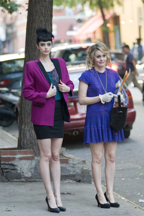 "Another on-set picture of Alicia Silverstone & Krysten Ritter filming ""Vamps"" in NYC. Shit, I can't wait to see the movie, especially if Amy Heckerling is directing it. Girls are lookin' stylish!"