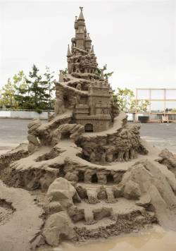 dailydarts:  that's the most awesome sand castle i've ever seen.