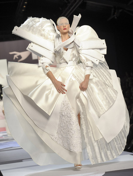 Paris Fashion Week: Viktor & Rolf Spring 2011 (via tomandlorenzo)