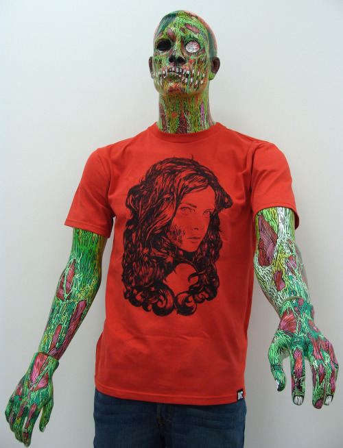 "Eu não sei o que é mais legal: o manequim ou a ilustra da camiseta. zombify:  woooooooooh sweet & sexy ilovethistee:  actually my favorite tshirt made by me.  ""As beautiful as death"""