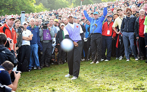 Tiger Woods gives us the greatest golf photo you'll ever see  via a323.yahoofs.com