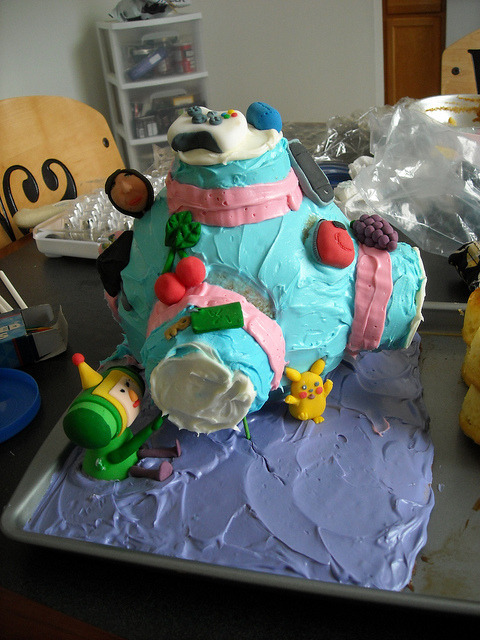 I wanna' eat the living crap out of this Katamari cake. It even has a little Pikachu and Xbox 360 controller! And lookit the prince! His pill-shaped prince-y head is just begging to have a huge bite taken out of it by my chompers.