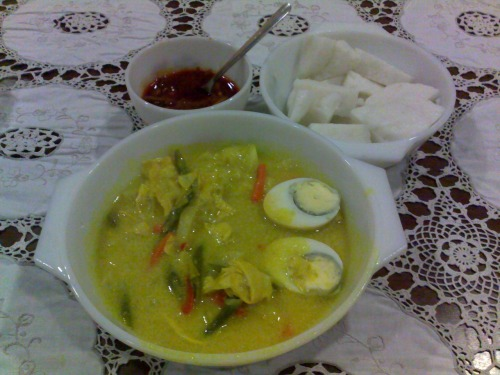 Lontong for breakfast! I don't normally eat such heavy, coconut milk laden food for breakfast but there's an order for it so mommy left some for us.  I've tried cooking this once, but it is something I avoid if I can! The kuah lodeh (yellow gravy) requires many ingredients and too many steps to prepare this, Not to mention the condiments (ketupat, kuah kacang, sambal) that goes together with the kuah lodeh.  P.S. The photo quality is not so good because I used my camera phone.