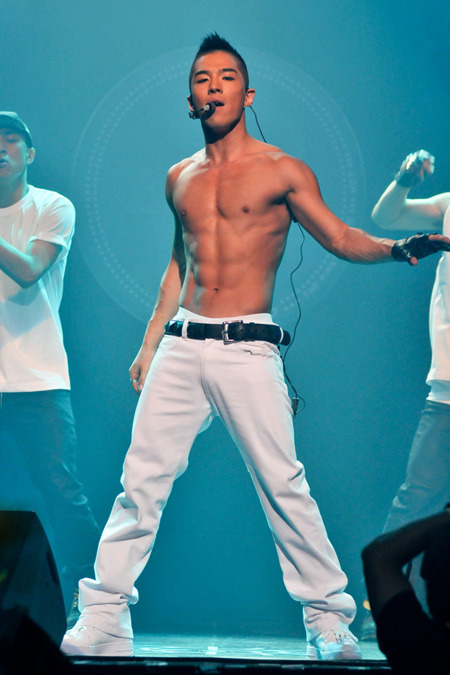 Mmmmm. Look at that body. lol. ooo Taeyang I would lick the sweat of your body. hahahaah.