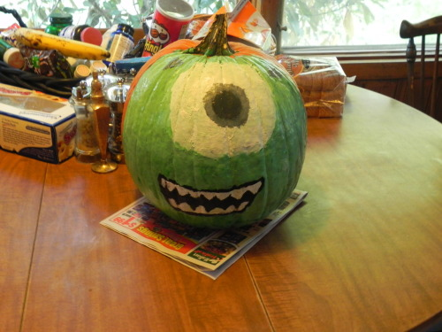 pixarmovies:  Me and my brother painted this on our Halloween Pumpkin. Mike Wazowski!  KSOAKOSKOAKS, ficou ótimo *-*