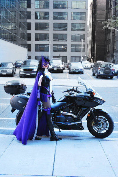 welovecomics:  huntresstheitalianmafiaprincess:  ignitions  Huntress is a woman that has always been comfortable in her own skin. This cosplayer truly captures that.  Sometimes it's about the accessories…