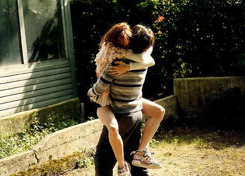 Por favor não diga nada, apenas me de um abraço.