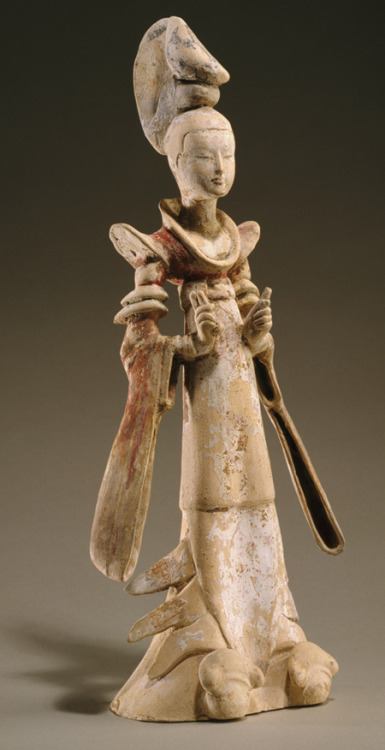 m-memeng:  Standing court lady, Tang dynasty (618–906), mid-7th centuryChinaEarthenware with pigment