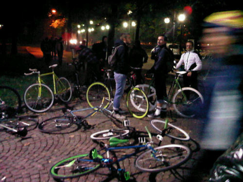 via queenstage:  Impromptu fixed gear bike race in Milan. (Photo via @gustavveronica)