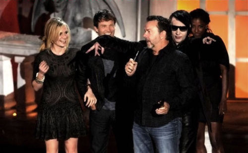 "truebloodlust:  imhereforsookie:  TrueBlood Cast - Spike Scream Awards 2010 Manson being a dick….and Rutina ready to pounce on his ass  ok what the heck is he doing in this photo…….Stephen is like ""BAHAHAHA"" Anna is like ""This Man is psycho"" and Rutina is like ""I am gonna cut this bitch!"" and AB is like ""I want to stab him with this spike but I can control myself….."""