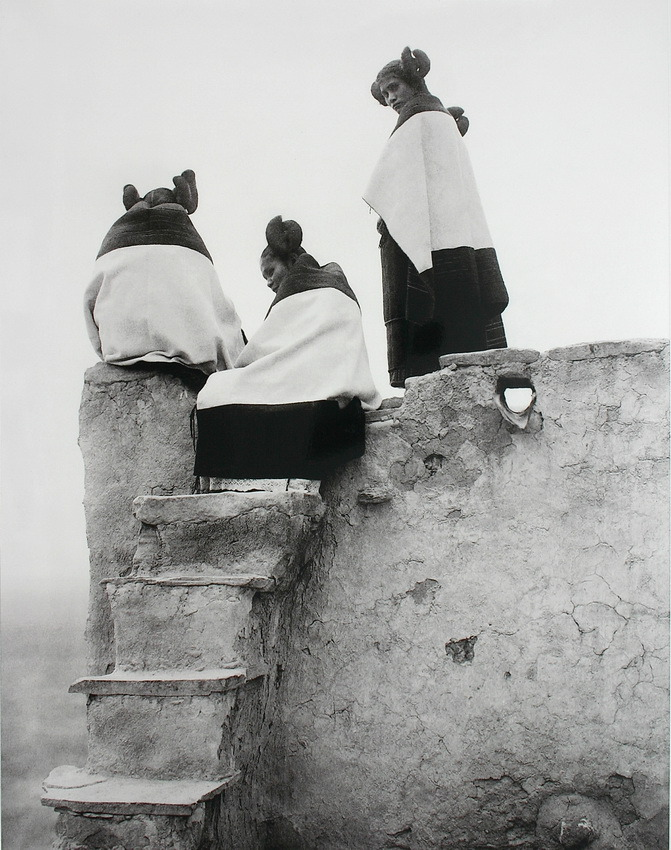 luzfosca:  Hopi Indian women, watching the dancers.USA, ca 1907.Photographer: Edward Curtis. Gorgeous !via