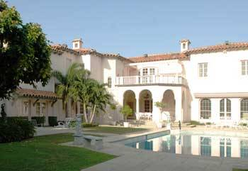 My dream home: An estate on the beautiful Palm Beach. For those of you wondering whose home this is, it's Vera Wang's. Love her and her excellent taste in real estate!