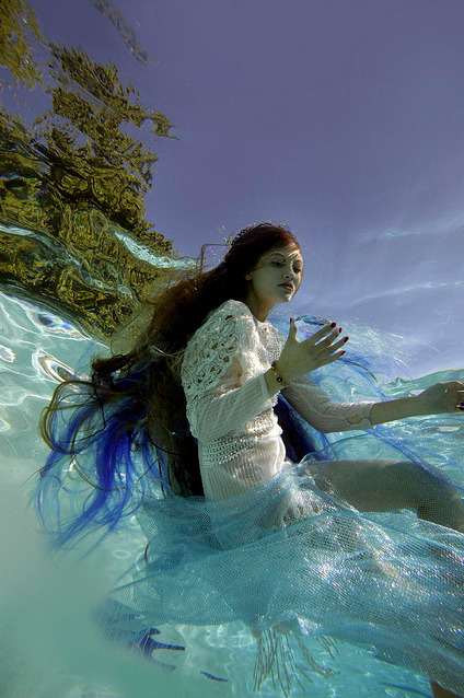 photojojo:  Elena Kulikova Underwater   The picture gives me calming effect. Nice !