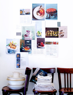 Recipes and inspiring photos are used here as wall decoration. (via VT Wonen)