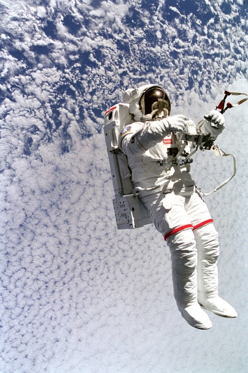 crookedindifference:  Astronaut Mark Lee, Tetherless and Free Spacewalk - MY WILDES DREAM - The ultimate freedom