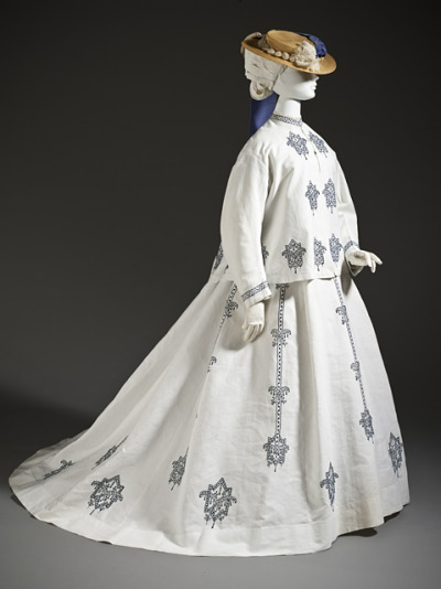 defunctfashion:  Seaside Ensemble | c. 1864 I can just hear the gulls and the waves crashing against the pier.    This. Me. Next summer.