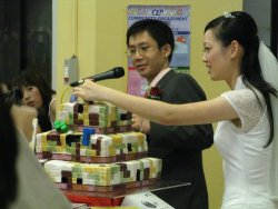 Fujiko decorated this cake. via www.weddingobsession.com