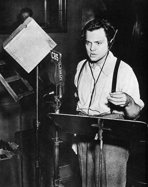 "warispeace:  Today in History: On October 30, 1938 Orson Welles first broadcast ""War of the Worlds"" in the United States causing panic and fear. The broadcast tells the story of a Martian invasion of Earth based on H.G. Wells' 19th century fiction novel. In New Jersey, people jammed the highways trying to escape. Welles had to interrupt the broadcast to remind people that the story was fictional. The FCC ended up investigating the program, but concluded that Welles did not break any laws."