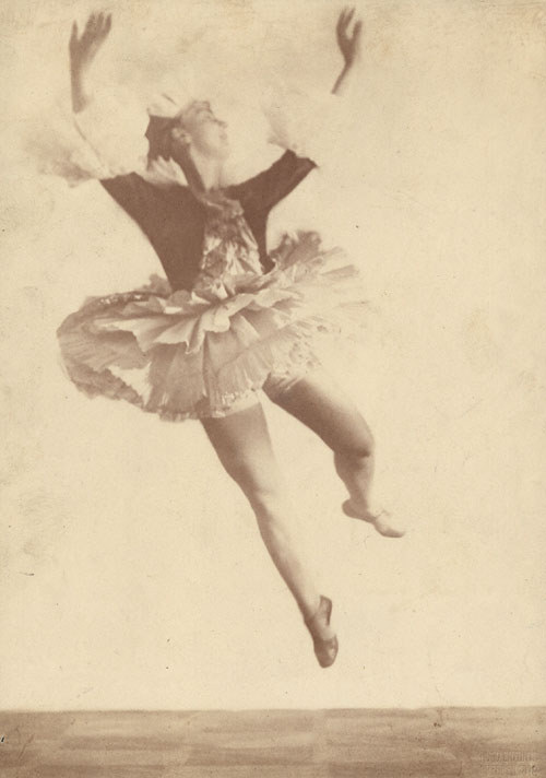 The dancer Lina Gesyer (?) 1919 by Hugo Erfurth [see also Mary Wigman]