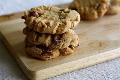 artoftheplate:  Peanut Butter Bacon Cookies (recipe here) (via caitiecake)  I just happen to have all the ingredients to make these cookies… how terrible!