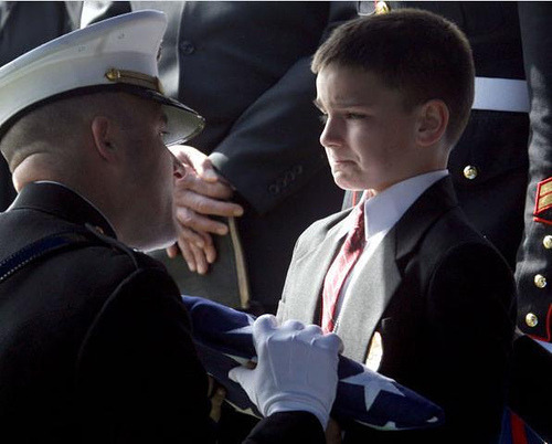 notsoinnocentalchemist:  honorized:  So much respect. And sadness. He's trying so hard to stay strong.  No, no, this is horrible. You see, the flag will go to the husband or wife of the deceased soldier as next of kin. This flag is going to the son. Both of his parents are gone.