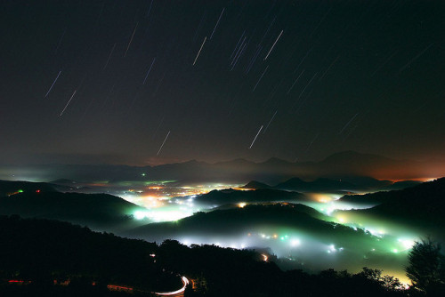 theworldwelivein:  Night, Fog, Star trail (by Alex Lin)  get ready.