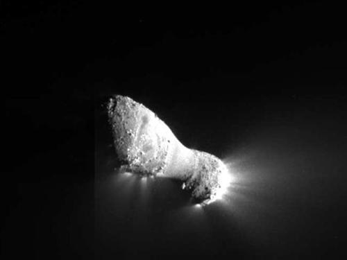 "NASA's EPOXI craft gets some amazing close-up photos of the comet Hartley 2 From NASA:  Comet Hartley 2 can be seen in glorious detail in this image from NASA's EPOXI mission. It was taken as the spacecraft flew by around 6:59 a.m. PDT (9:59 a.m. EDT), from a distance of about 700 kilometers (435 miles). The comet's nucleus, or main body, is approximately 2 kilometers (1.2 miles) long and .4 kilometers (.25 miles) at the ""neck,"" or most narrow portion. Jets can be seen streaming out of the nucleus.  More photos here, thanks to Delsyd for the link"