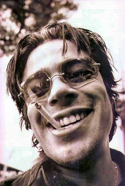 Benicio Del Toro looks a bit like Brad Pitt in this picture.